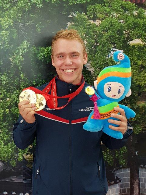 VERDENSMESTER: Benjamin Thingsrud Karlsen med gullmedaljen og VM-maskoten.