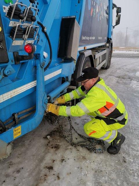 RUTINERT: Den rutinerte renovasjonsarbeideren John Østegården i ROAF tok jobben med å legge på kjettinger da det var som glattest tirsdag.