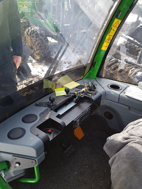 Her satt datamaskinen, hjernen i skogsmaskinen til Holth Skogsdrift. Den ble stjålet, trolig natt til mandag. Foto: Privat