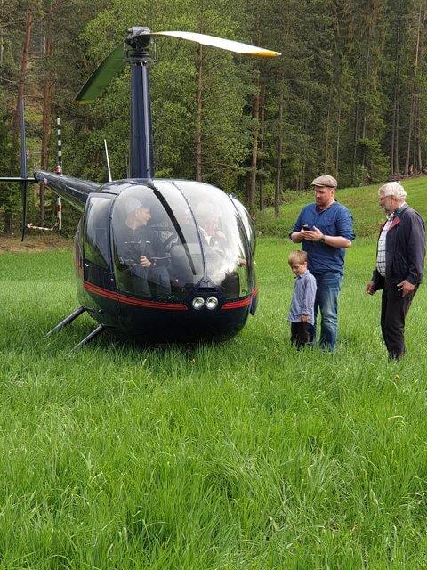 Kjell Arne Nordby fra Bjørkelangen sitter klar sammen med piloten Jon Anders Rønaas. Sønnen Tom-Roger, barnebarnet Gulbrand og svoger Sven Nordberg vinker snart farvel.