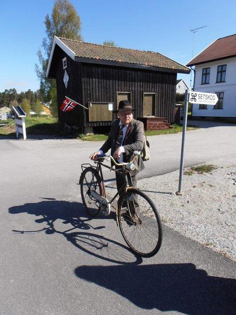 GUIDE: Museumsguide Bjørn Henry Holtet har vært der i alle 20 årene Setskog landhandlermuseum har eksistert. Lørdag blir det sesongåpning og feiring. FOTO: PRIVAT
