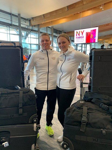 TIL OL: Simon Kolstad Claussen og Jenny Stene drar til Hviterussland og European Games i dag, her med oppakningen på Gardermoen. FOTO: PRIVAT