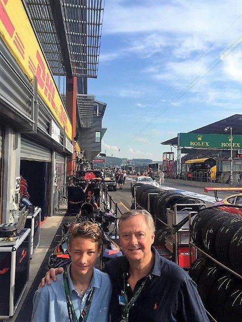 FORTSETTER UTVIKLNGEN: – Dennis Hauger (t.v.) tar nye steg på racingbanen uke for uke. Det han har gjort denne sommeren i en alder av 16 år og fire måneder er imponerende, sier manager Harald Huysman (t.h.) Foto: Privat