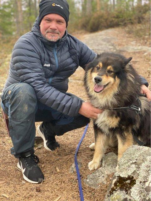 KOSER SEG I FRILUFT: Tom Erik Hauger sverger til turer med hunden og familien hjemme i Aurskog i påsken.