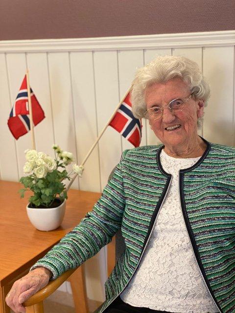 Else Margrethe Nafstad liker godt at det er flott musikk og flaggheising på bursdagen hennes. Hun fyller 100 år på nasjonaldagen.