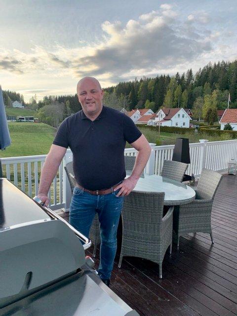 – Jeg er en hjemmekjær person, sier Paal Christian Svendsen. I helgene trives han best hjemme med familien.