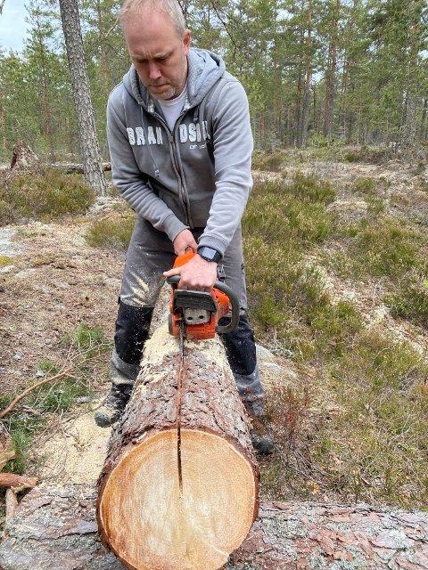 HJEMMELAGET: Benker blir laget av en felt furu.