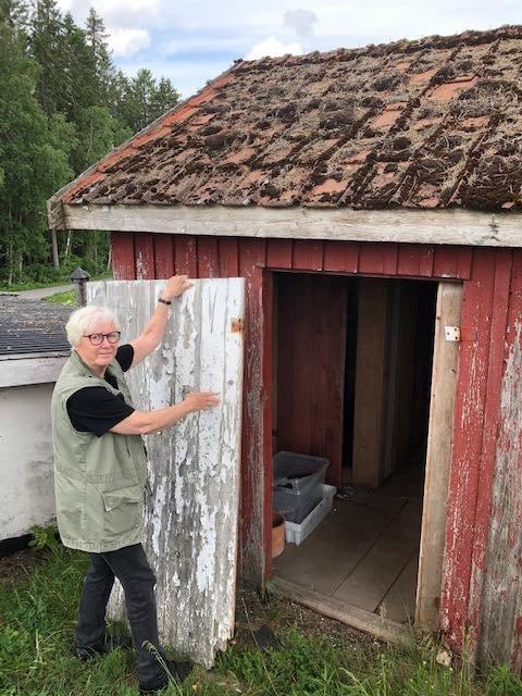 BLIR RESTAURERT: Eva Bjøreng i Bygdetunets venner er glad for at hønsehuset ved Villa Sandmo blir pusset opp.