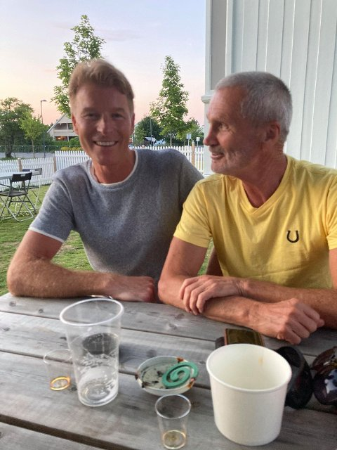 GAMLE KJENNINGER: Stein Randby (t.v.) og Svein Halvorsrud var to av de 100 som koste seg under junifesten Jostein Mjønerud arrangerte hos Trines go'kaker lørdag.