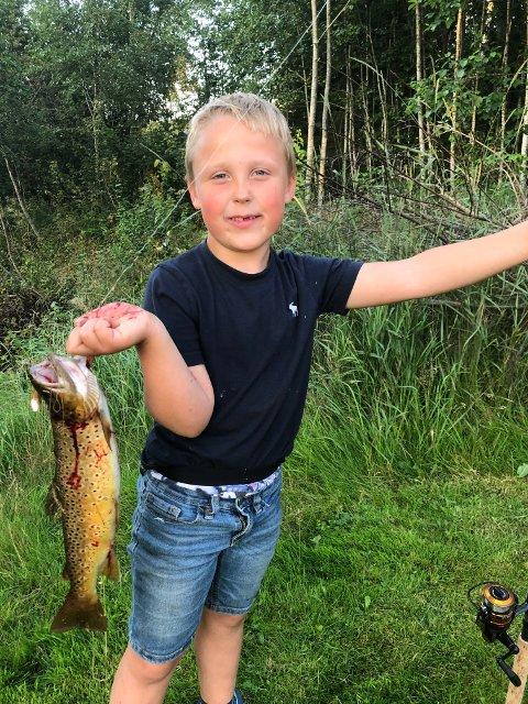 Ørreten har Karl Kristian lovet bort til morfar Karsten, som ifølge rapportene ikke har like hell med fiskestanga.