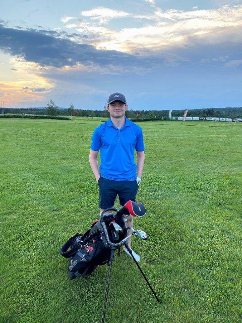 NUMMER 500: Dennis Aaserud fra Setskog ble medlem nummer 500 i Romerike Golfklubb. – Et artig poeng, sier 17-åringen som ble tredje blad i familien som har blitt hektet på golfsporten.