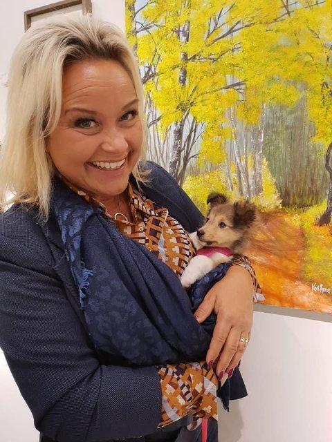 Kari Anne Næsset er glad i både folk og dyr. Hun og familien har to hunder og to katter.