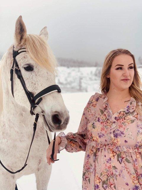 Kine  Lien Øiestad ber bilister om å ta mer hensyn når de møter hest og rytter på tur. Spesielt med tanke på at det ofte er unge jenter som er ute og rir.