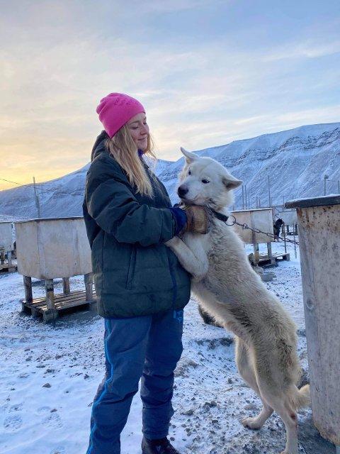 I GODT SELSKAP: Eira Egner (22) fikk både tobeinte og firebeinte venner i løpet av sitt praktikantopphold på Svalbard.