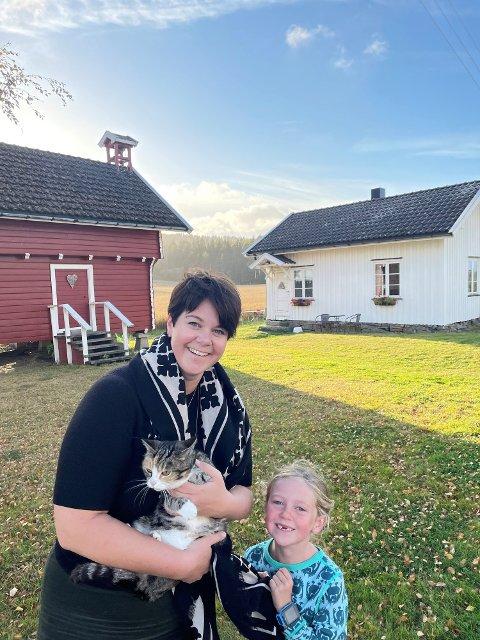 Anette Gangnæs og datteren Julie G. Granerud foran Veslestua på gården, som familien leier ut via Airbnb.