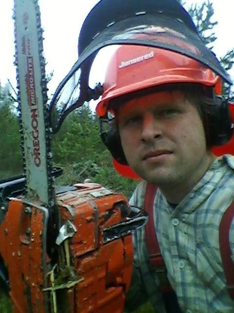 SKOGENS MANN: Låtskriver og musiker Ole Johannes Åleskjær trives godt med skogsarbeid.