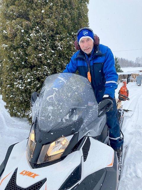 SPORHUND I 50 ÅR: Leif Taaje kan i år feire 50-årsjubleum som løypekjører. – Jeg tror og håper at mange har hatt glede av det, sier 71-åringen som ikke har planer om å gi seg bare snøen er på plass. Foto: Privat.