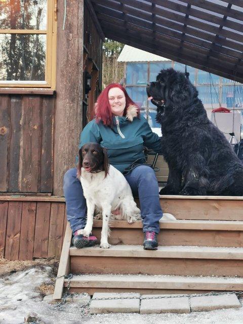 Veronica fant drømmehuset på Vestmarka. Her bor hun med hundene Ask og Sheriff. - Når migreneanfallene er på det verste er minstemann Ask en stor trøst. Da ligger han gjerne ved siden av meg og passer på, sier Veronica.