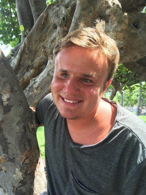 Markus Rakstad-Larsen (24) er daglig leder og innehaver av Mrl Bussutleie AS. Han har bakgrunn som trubadur og DJ, og har leid ut lyd og lys. Nå har han satset på busser.