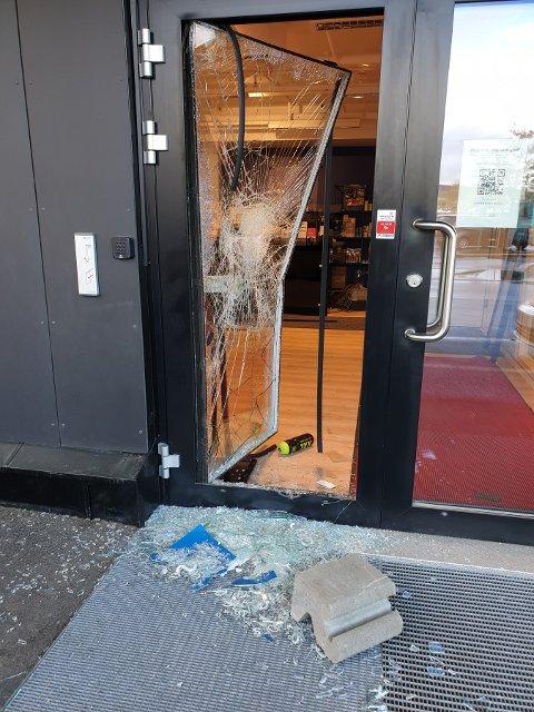 Slik så inngangsdøra til forretningen ut etter tyveriet tidlig tirsdag morgen.
