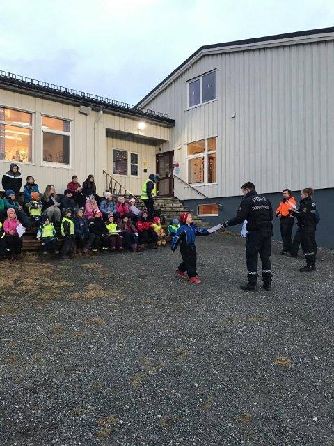 Politiet gjennomførte denne uka en refleksdag for ungene på Dønna. Her er det diplomutdeling til flinke reflekspoliti på Nord-Dønna Montessoriskole.
