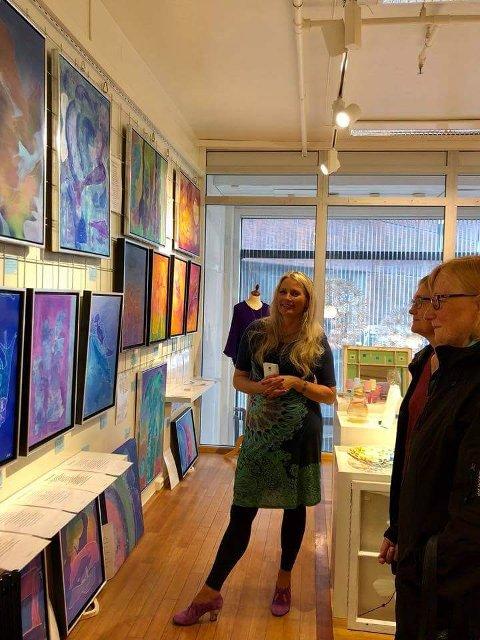 Rigmor Winther viser fram sin utstilling på Kunstens Hus.