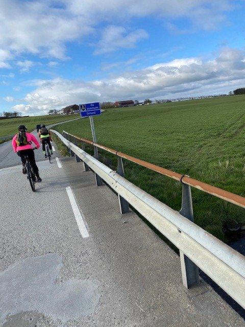 TIL VARHAUG: Sykkelturen gjekk til Varhaug. Her kryssar tre rådmenn kommunegrensa til Hå.