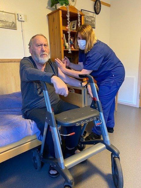 FØRST UT: Ingleif Møller ble første Jærbu til å få vaksinen mot covid-19. Sykepleier Astrid Malmei ved Sivdamheimen satte stikket.
