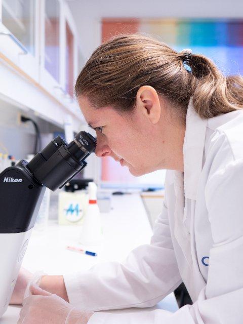 FORSKER: Gunnveig Grødeland forsker blant annet på immunsystem og vaksiner. Vaksinekompetansen har ført til at hun jevnlig figurer i riksmediene.