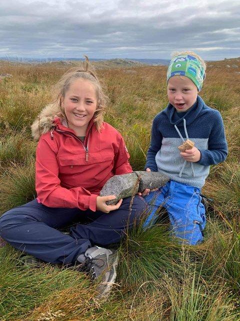 ARM: Vetle Snaunes (6) og Lisa Håland Nedrebø (11) fant biter av Steinkjerringas arm på søndagstur.