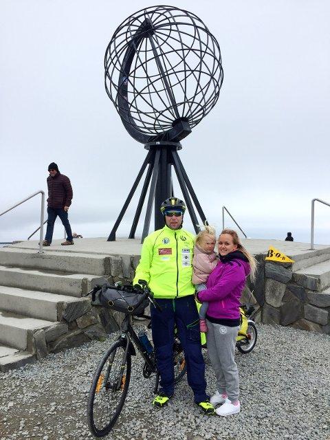 PÅ NORDKAPP: Espen fikk et par dager i Finnmark med samboer Caroline og datter Mathea før han tråkket av gårde.