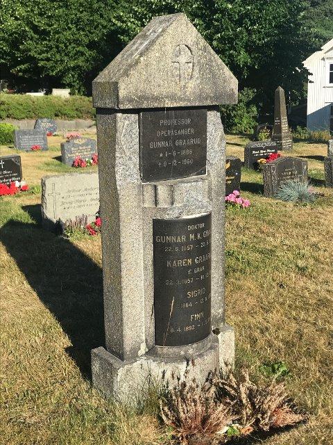FORVITRER: Familien Graaruds ruvende gravmonument på kirkegården i Bilet.