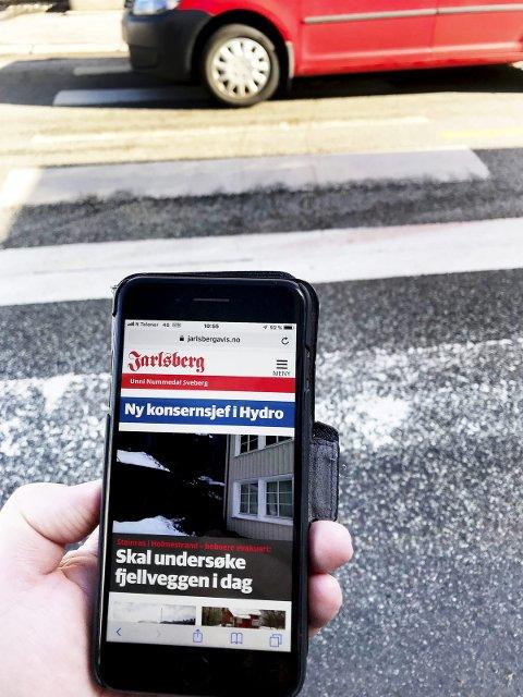 Mange ser ned: Og kan glemme alle trafikkfarenerundt seg. Foto: Pål Nordby