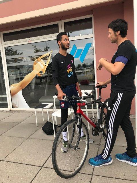 Tilpasser: Fahed får hjelp med sykkelen av Jørgen Sælø. Foto: Sonja Sötje-Andresen