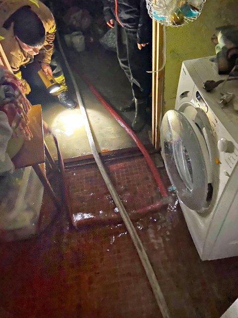Stasjon Sande har vært på to adresser med vann i kjelleren i Holmestrand kommune, henholdsvis i Stubben og i Holmåsveien. Begge steder satte de i gang pumper for å få vannet ut.