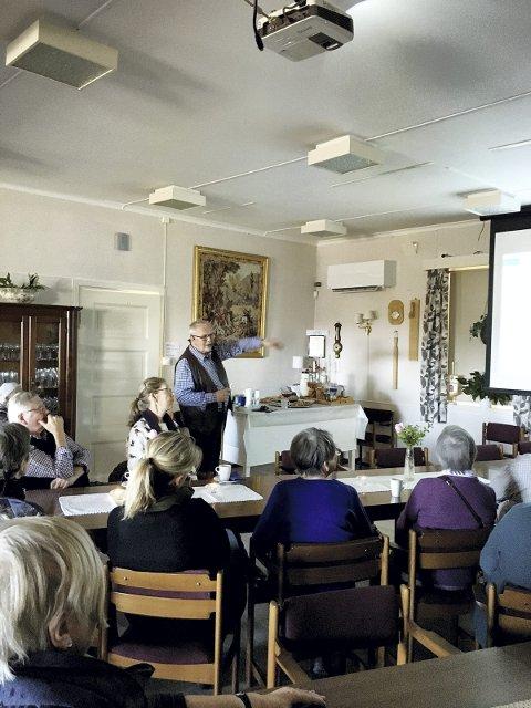 Interesserte tilhørere: Mange ved Botne aktivitetssenter ville høre Paul Thode fortelle historien om Angers Kleiv. Foto: Åshild Meland
