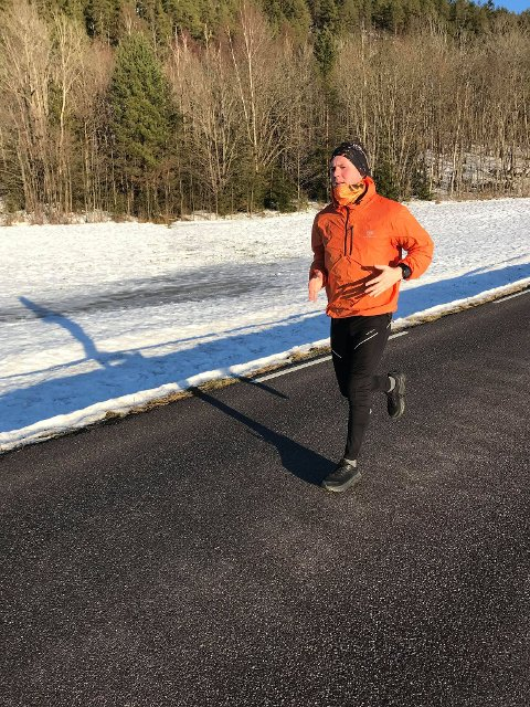 Langs  landeveien: Fredrik Zachariassen (36) begynte ikke å løpe før for et par år siden. Nå har det blitt en del av livsstilen, selv om oddetallsløpet er langt i overkant av hva han pleier å melde seg på. Foto: Privat