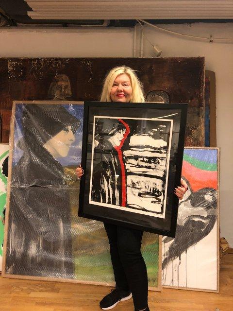 Askeland viser stolt frem litografiet av Karen Blixen i atelieret på Jessheim.