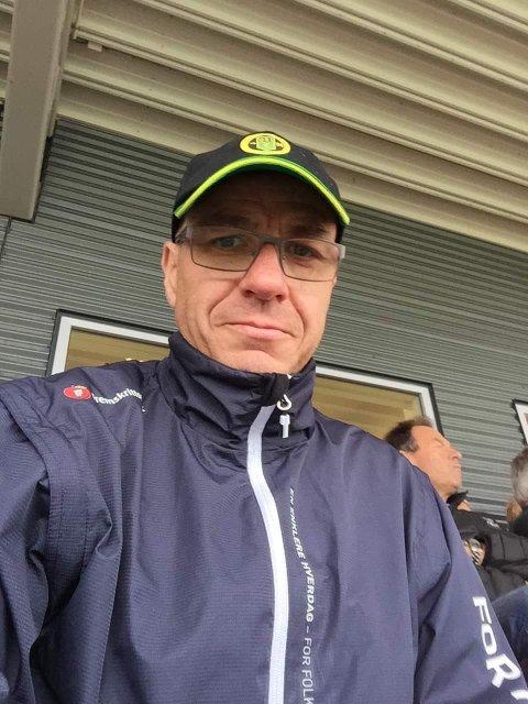 FORNØYD: Ull/Kisa-supporter og politiker Tom Staahle mener det er på tide at LSK rykker ned. Nå tror han Ull/Kisa kan bli Romerikes beste fotballag.