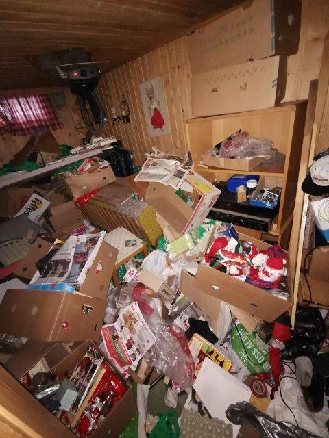 SORTERINGSJOBB: Skal man rydde i kjelleren, som dette oppdraget Milos og Ivan nylig fikk, er det ofte litt av en sorteringsjobb å gjøre. Duoens hardeste jobb begynner på Roaf hvor de må bruke mange timer på å sortere søppelet de har hentet hjemme hos folk.
