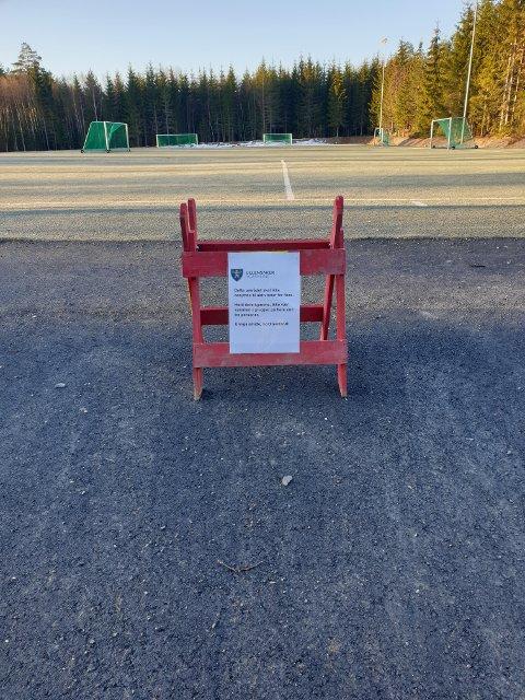 BLIR IKKE RESPEKTERT: Slike skilter er nå satt opp ved fotballbaner og andre idrettsanlegg i Ullensaker, som her på Skogmo. Nå kan det imidlertid se ut som om plakater ikke er nok.