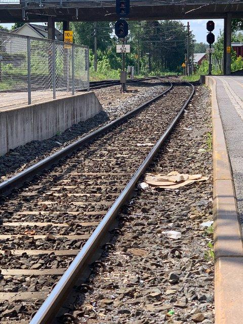 – PAPPESKER OG SPRITFLASKER: Mahmod Ahmad er oppgitt over at folk kaster søppel i jernbanesporet på Jessheim stasjon.