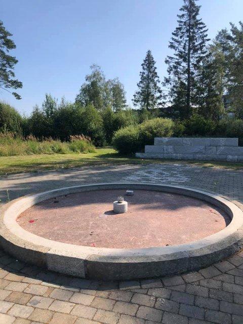 TØRRLAGT: Fontenen på Gystadmyra har vært tørrlagt i minst tre år. Elin Roverudseter lurer på hvorfor.