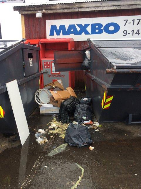 OVERFYLT: Folk har satt søppelet ved siden av de overfylte containerne ved Jernbanekaia i Kragerø sentrum.