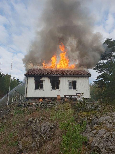 Hytta brenner helt ned.