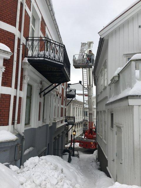 HJELP: Brannvesenet nølte ikke da eieren av Meierigården ba om hjelp til å fjerne snø og is fra taket. Klikk på pilene eller sveip for å se flere bilder. (Foto: Privat)