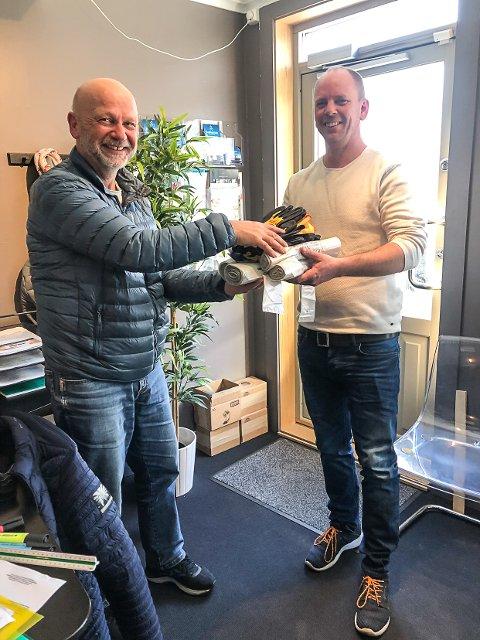 Finn Arthur Forstrøm var førstemann til mølla da ryddepakkene endelig var i hus. Daglig leder hos Kragerøsnekkeren, Thomas Kornrud, ønsker å dele ut mange flere.