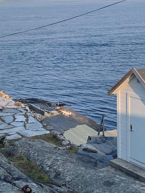 NY PLATTING: Øya vel har bekostet ny platting og badetrapp på til badeplassen på Odden.