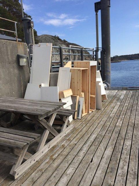 HENSATT: En gammel kjøkkeninnredning ble rett og slett hensatt på ferjekaia på Gumøy da en hytteeier skulle kvitte seg med det.