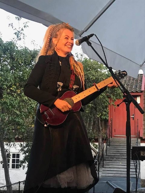 Unni Wilhelmsen var fornøyd med publikumet i Bakgahen, og publikumet var tydelig fornøyd med henne.